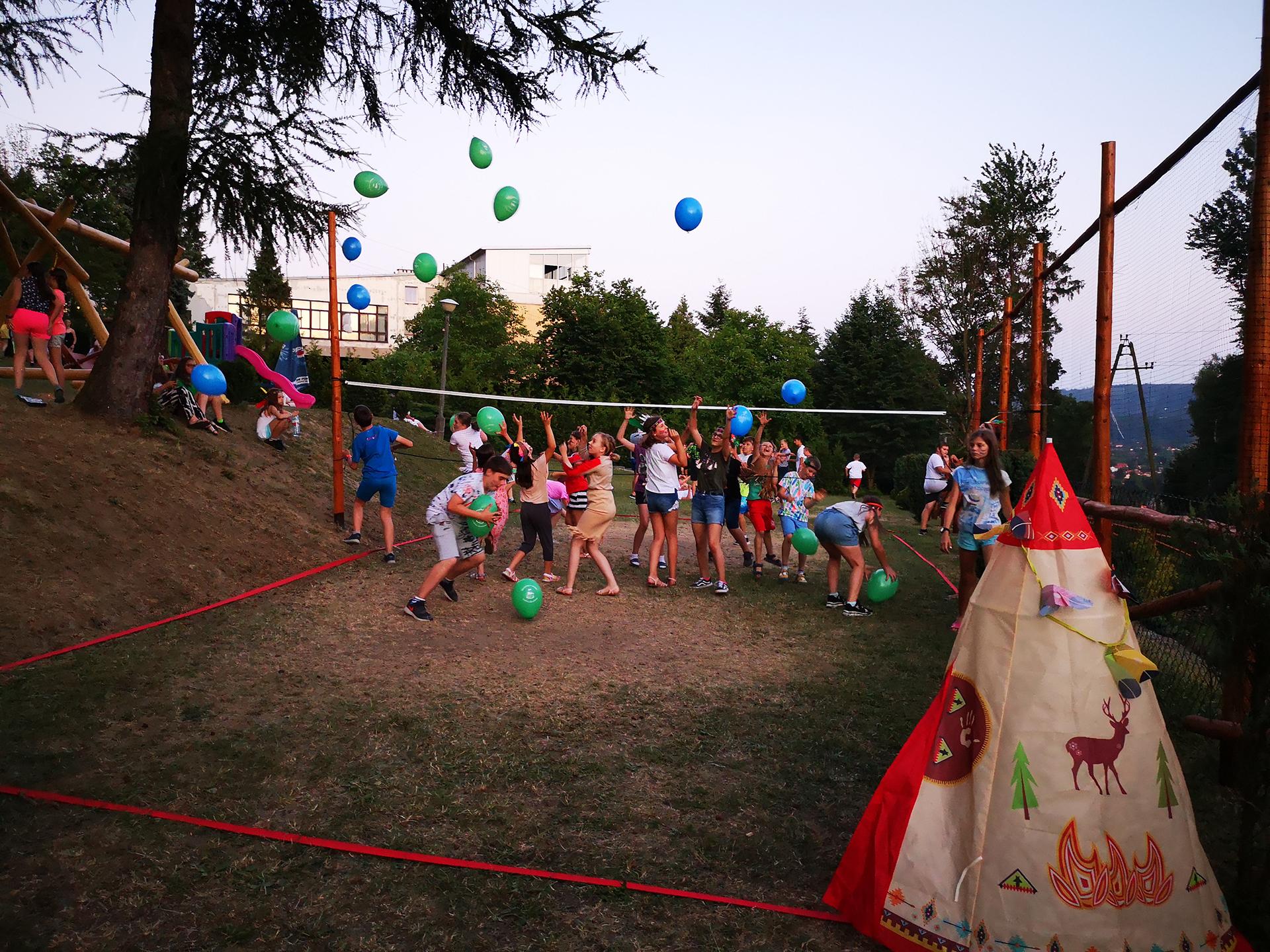 Gra w siatkówkę balonami kolonia językowa - Bacalarus Zamość