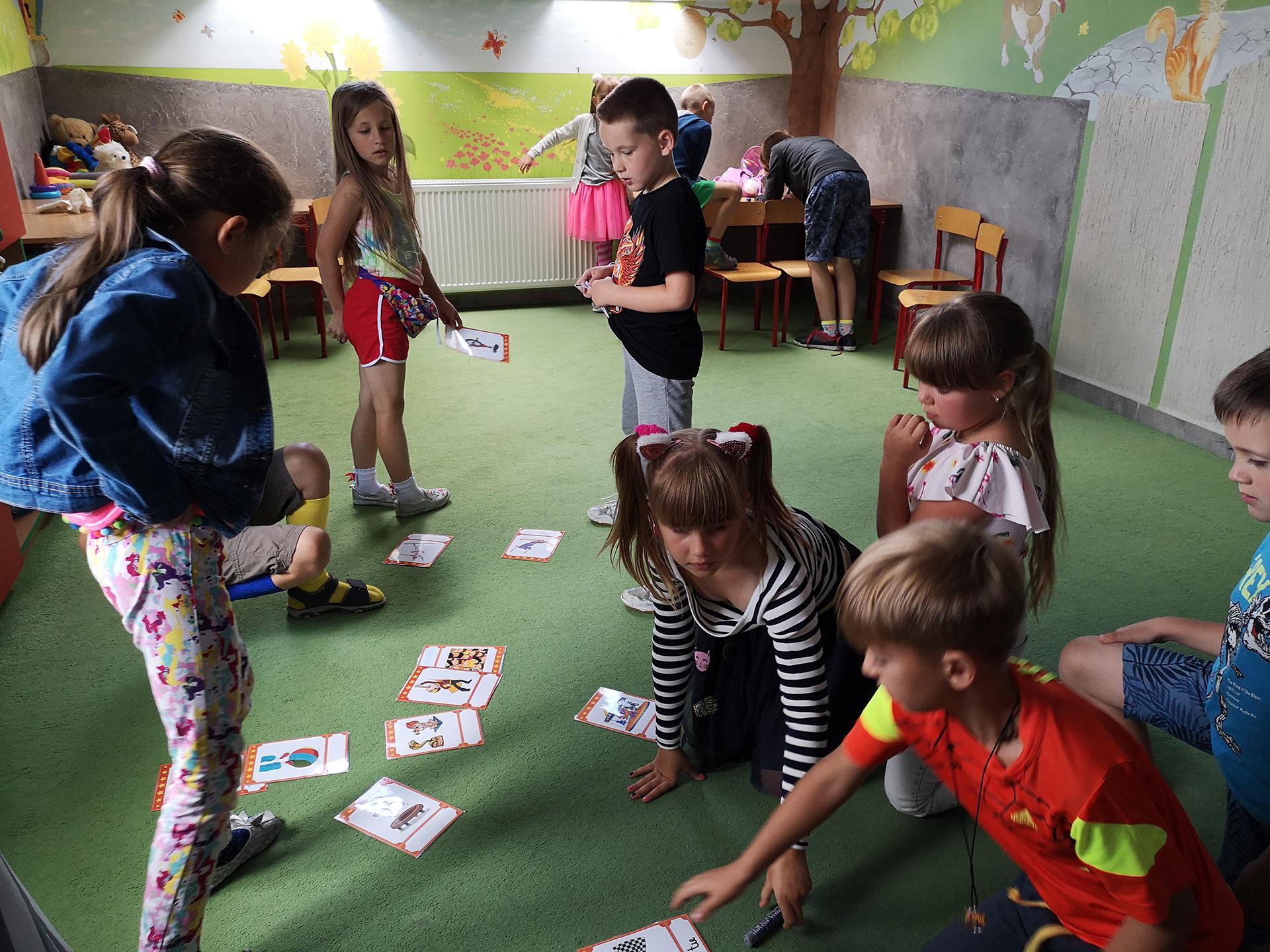 Dzieci bawiące się w ramach półkolonii językowej w Zamościu (szkoła językowa Bacalarus)