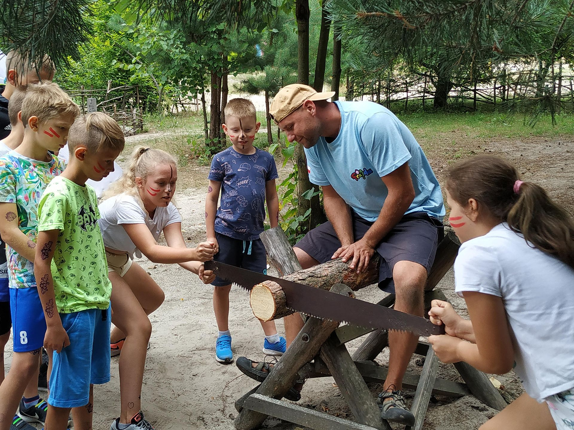 Piłowanie drewna na półkolonii językowej szkoły językowej Bacalarus Zamość